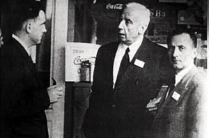 Μια σπάνια φωτογραφία τον Ιούλιο του 1944. Ανδρέας Παπανδρέου (αριστερά), Κυριάκος Βαρβαρέσος (μέση) και Αθανάσιος Σμπαρούνης (δεξιά) στο ξενοδοχείο «Μount Washington», όπου έγινε η διάσκεψη του Μπρέτον Γουντς. Οι δύο είναι ήδη καθηγητές Οικονομίας, ο τρίτος βοηθός καθηγητή ακόμη.