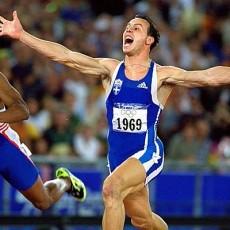 ΚΩΣΤΑΣ ΚΕΝΤΕΡΗΣ... Η ΛΕΥΚΗ ΑΣΤΡΑΠΗ, που άφησε άφωνο ολόκληρο τον πλανήτη κατακτώντας το χρυσό μετάλλιο στα 200 μέτρα των Ολυμπιακών Αγώνων του Σίδνεϊ.