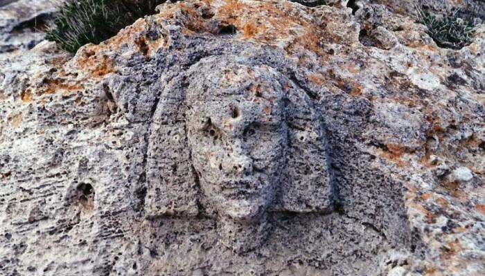 Λαξευμένη προϊστορική κεφαλή σφίγγας σε βράχο κοντά σε θεμέλια αρχαίας πυραμίδας στα Βιγκλάφια Λακωνίας. ΦΩΤΟΓΡΑΦΙΑ ΝΙΚΟΣ ΜΠΑΚΗΣ