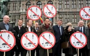 Ευρωβουλευτές από τη Δανία, τη Γερμανία, την Αυστρία, το Βέλγιο, την Ιταλία και τη Γαλλία ποζάρουν με συνθήματα κατά μουσουλμανικών τεμενών. Η φωτογραφία τραβήχτηκε αρκετά χρόνια πριν από τις πρόσφατες επιθέσεις στη Γαλλία, το 2008, στο πλαίσιο της παρουσίασης του οργανισμού που ίδρυσαν οι εν λόγω ευρωβουλευτές, «Πόλεις κατά του εξισλαμισμού», στην Αμβέρσα. Ευρωβουλευτές από τη Δανία, τη Γερμανία, την Αυστρία, το Βέλγιο, την Ιταλία και τη Γαλλία ποζάρουν με συνθήματα κατά μουσουλμανικών τεμενών. Η φωτογραφία τραβήχτηκε αρκετά χρόνια πριν από τις πρόσφατες επιθέσεις στη Γαλλία, το 2008, στο πλαίσιο της παρουσίασης του οργανισμού που ίδρυσαν οι εν λόγω ευρωβουλευτές, «Πόλεις κατά του εξισλαμισμού», στην Αμβέρσα.