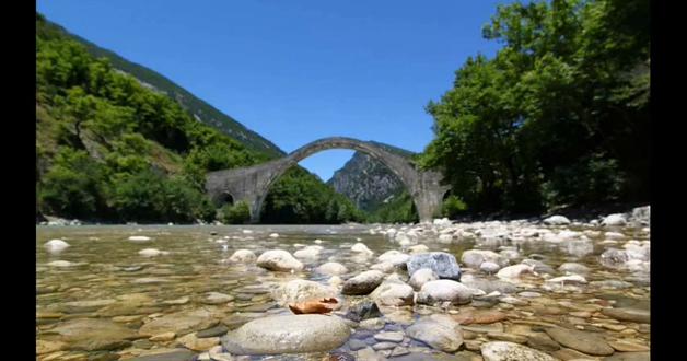 Εις ανάμνησιν της αναλγησίας ενός εχθρικού και ανθελληνικού κράτους... Διότι σε αυτό το ιστορικό γεφύρι έγινε πράξη η ΣΥΝΕΝΩΣΗ ΤΩΝ ΕΛΛΗΝΩΝ και αυτό ήταν καρφί στην καρδιά των επήλυδων κατακτητών της Πατρίδας μας... Κι έπρεπε να σβήσει από την Ιστορία της Ελλάδας... Να το γκρεμίσουν δεν μπορούσαν... Το γκρέμισε η εγκατάλειψη με τη βοήθεια της φύσης... Κρατήστε το στη Μνήμη σας...