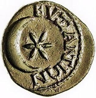 Ένα ακόμη αρχαίο νόμισμα του Βυζαντίου με την ελληνική επιγραφή σκαλισμένη ''ΒΥΖΑΝΤΙΩΝ''. Το νόμισμα αυτό κόπηκε το 341 π.χ.χ.. από τους κατοίκους του Βυζαντίου όταν κατάφεραν να αποκρούσουν την αιφνιδιαστική επίθεση που είχε εξαπολύσει εναντίον τους ο Βασιλιάς της Μακεδονίας Φίλιππος ο δεύτερος .Την κρίσιμη στιγμή τα σύννεφα παραμερίστηκαν και την θέση τους πηρέ το δυνατό φως του φεγγαριού. Έτσι οι Βυζαντινοί βλέποντας καθαρά πια τον Μακεδονικό στρατό κατάφεραν να τον απωθήσουν. Το νόμισμα αυτό είναι αρκετά γνωστό  και τα σύμβολα του υπάρχουν σε πολλά βυζαντινά μνημεία. Οί Τούρκοι ιστορικοί και καθηγητές αναγνωρίζουν την προέλευση του εμβλήματος της σημαίας τους. Πηγή εικόνας: http://upload.wikimedia.org/wikipedia/commons/5/53/ARXAIO_NOMISMA_VIZANTIOY.jpg