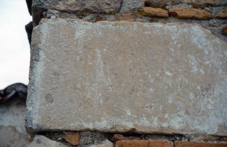Επιγραφή από το ιερό του Μελάμποδος εντοιχισμένο στην εκκλησία, λέει ΜΕΛΑΜΠΟΔΟΡΑ ΑΧΕΛΩΝΟΣ