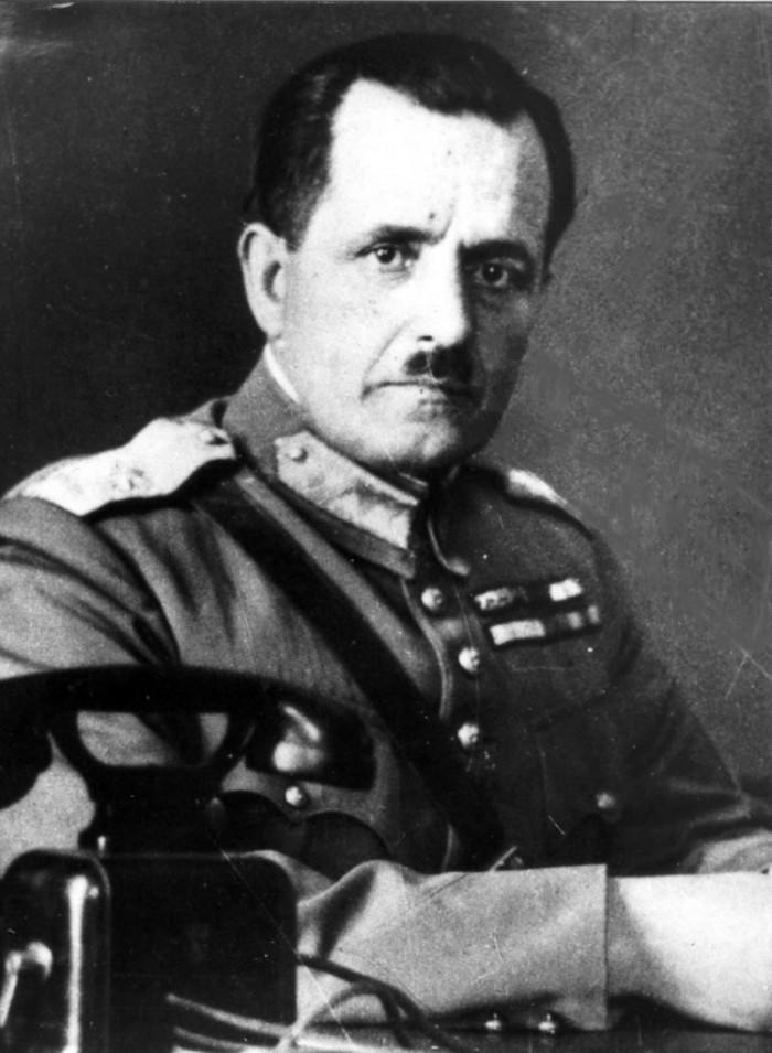 Ο κατοχικός πρωθυπουργός Γεώργιος Τσολάκογλου, με την υπογραφή του οποίου παραχωρήθηκε το προνόμιο ηλεκτρικής ενέργειας στην οικογένεια Παπακωνσταντίνου το 1948.