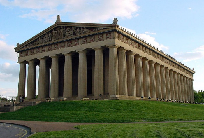 """Πολλοί είναι αυτοί που γνωρίζουν ότι o Παρθενώνας του Νάσβιλ, Ηνωμένες Πολιτείες της Αμερικής, είναι ένα αρχιτεκτονικό αντίγραφο του Αυθεντικού Παρθενώνα της Αθήνας, τόσο στο σχέδιο όσο και στο μέγεθος. Λιγότεροι γνωρίζουν ότι και στην Γερμανία υπάρχει """"Παρθενώνας"""" η λεγόμενη """"αίθουσα των πεσόντων"""" η  WALHALLA"""