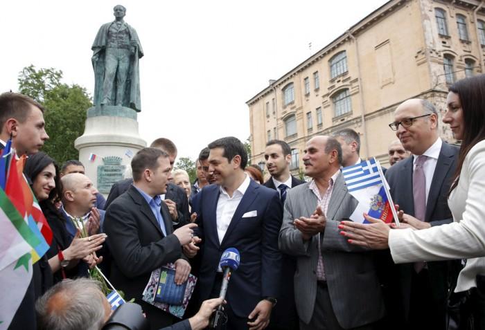 Ο Έλληνας Πρωθυπουργός Αλέξης Τσίπρας συνομιλεί με Έλληνες ομογενείς μπροστά από το άγαλμα του πρώτου κυβερνήτη του ελληνικού κράτους Ιωάννη Καποδίστρια στην Αγία Πετρούπολη, στις 19 Ιουνίου 2015. Πηγή: Reuters