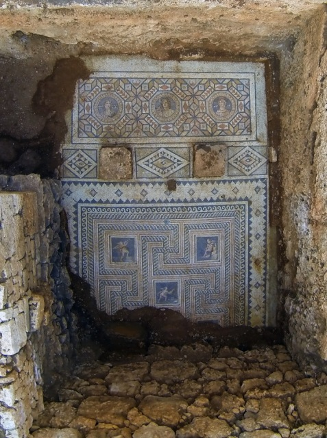Στο πάνω μέρος του δαπέδου διακρίνονται οι τρεις αρχαιοελληνικές μορφές