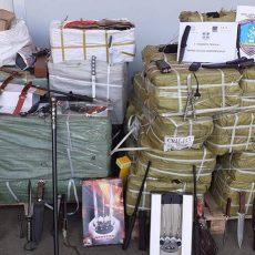 Πάνω από χίλια μαχαίρια, ξίφη, και teaser guns εντοπίστηκαν σε εμπορευματοκιβώτιο στον Πειραιά